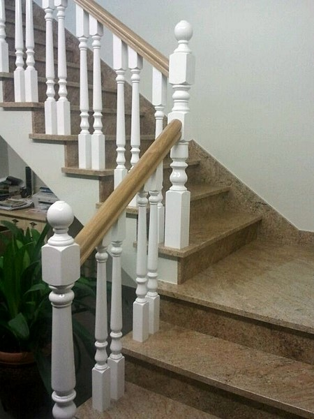 Pasamanos con balaustres lacados en blanco y barra en - Escaleras blancas ...