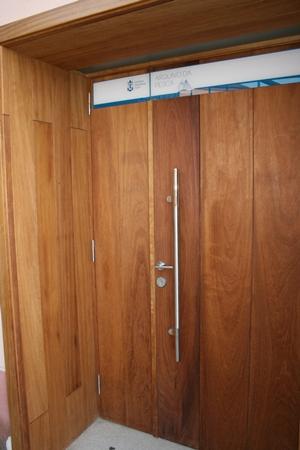 Puerta de entrada en madera de iroko 1 for Puerta entrada madera