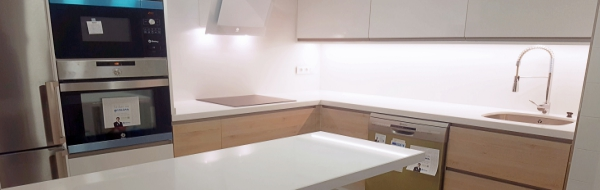 Cocina en Formica AR+ Blanco y Roble